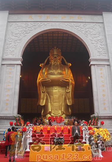 主财神金身像高13米,财神殿高22.88米 (图片/妙然)